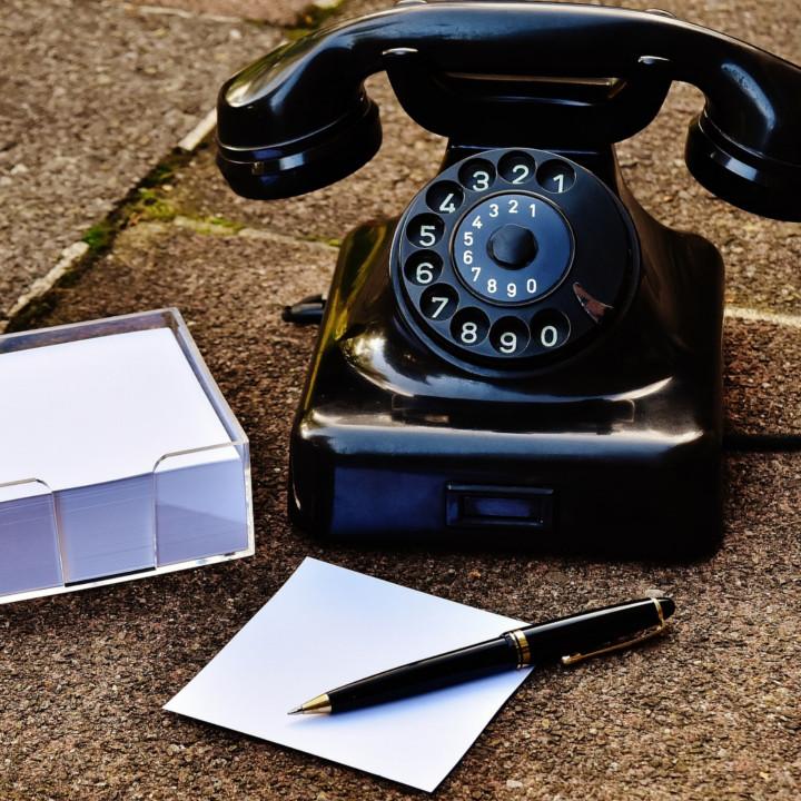 電話にてお客様応対をするコールセンター